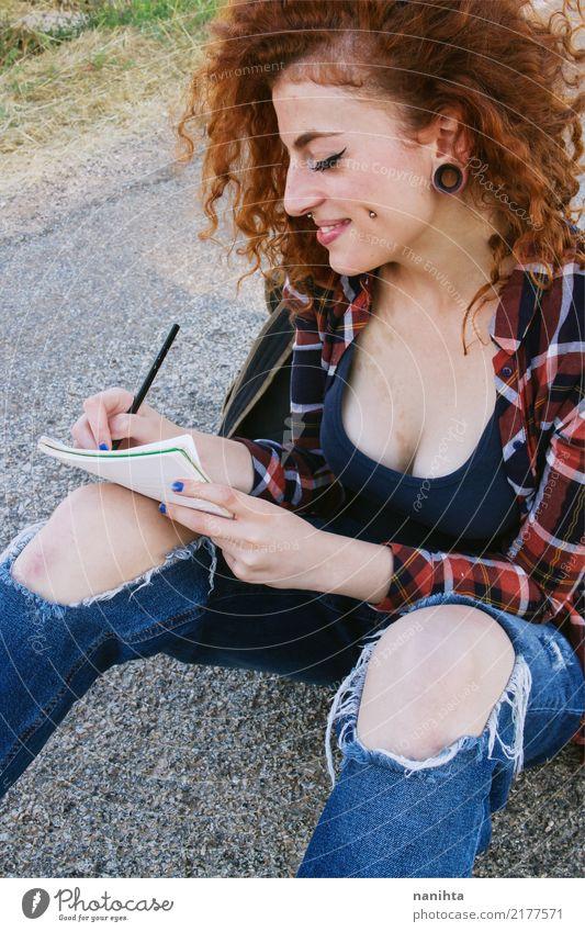 Junges Rothaarigefrauenschreiben in einem Notizbuch Mensch Jugendliche Junge Frau schön 18-30 Jahre Erwachsene Lifestyle feminin Stil Lächeln Fröhlichkeit