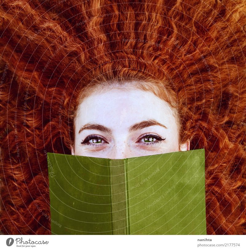 Mensch Jugendliche Junge Frau schön Freude 18-30 Jahre Gesicht Erwachsene Lifestyle feminin Schule Haare & Frisuren Fröhlichkeit lernen Buch niedlich