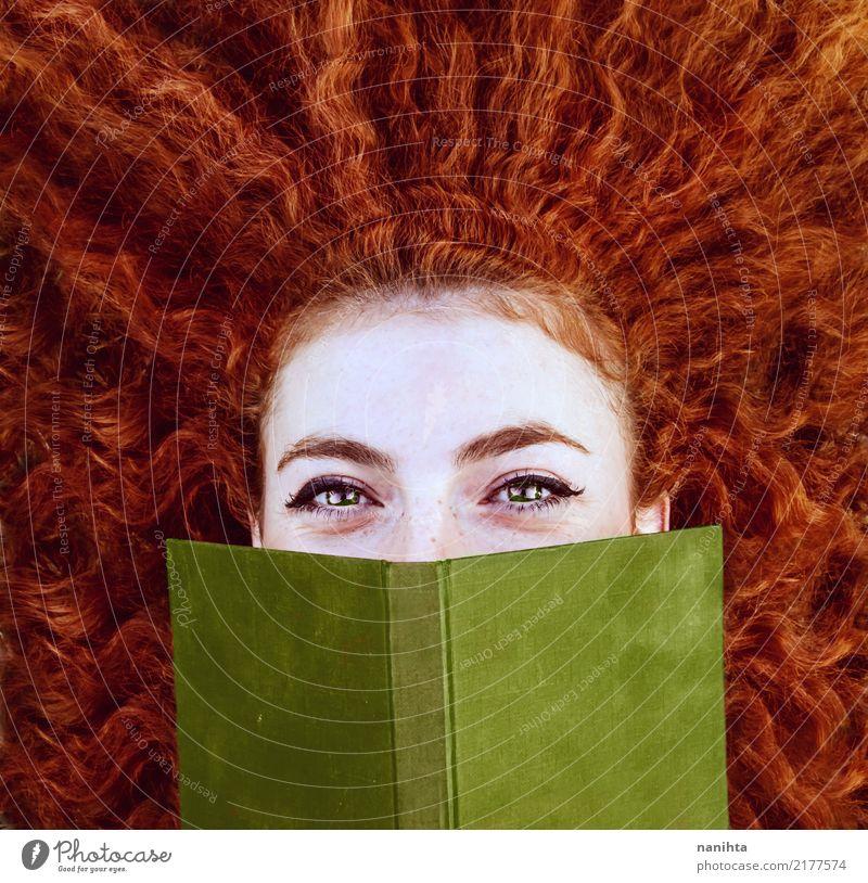 Rothaarige junge Frau, die sich mit einem roten Buch bedeckt Lifestyle schön Gesicht Sommersprossen lernen Mensch feminin Junge Frau Jugendliche 1 18-30 Jahre