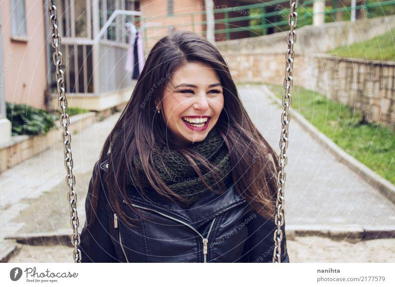 Junge und glückliche Frau in einem Schwingen Mensch Jugendliche Junge Frau Stadt schön Freude 18-30 Jahre Erwachsene Leben Lifestyle feminin Stil lachen Park