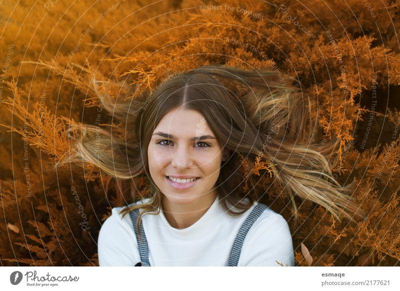 Frau lächeln Lifestyle Freude feminin Junge Frau Jugendliche 13-18 Jahre 18-30 Jahre Erwachsene Mode blond Feste & Feiern Lächeln lachen außergewöhnlich