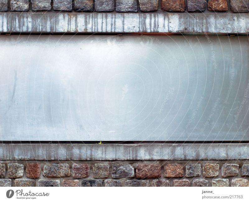 heute geschlossen Wasser kalt Wand Fenster grau Stein Mauer Gebäude braun Metall nass Beton Fassade Bauwerk Fuge Mauerstein