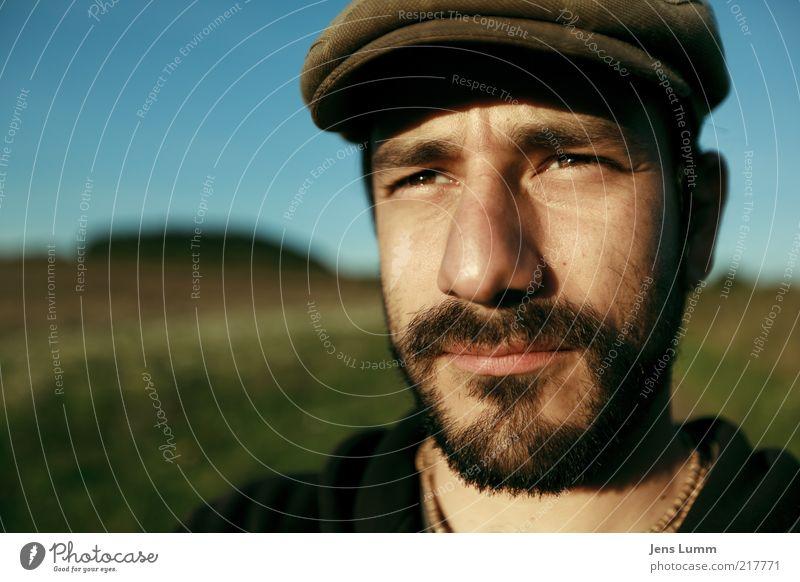 Hat Trick Mensch Himmel grün blau Auge Ferne Wiese braun Nase maskulin Bart nachdenklich Mütze blenden Schönes Wetter Blauer Himmel
