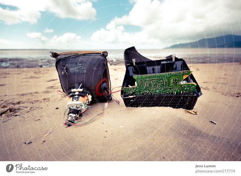 Video Killed the Radio Star alt Meer blau Strand Wolken Ferne Sand braun dreckig rosa Horizont Fernseher kaputt violett Müll Elektronik