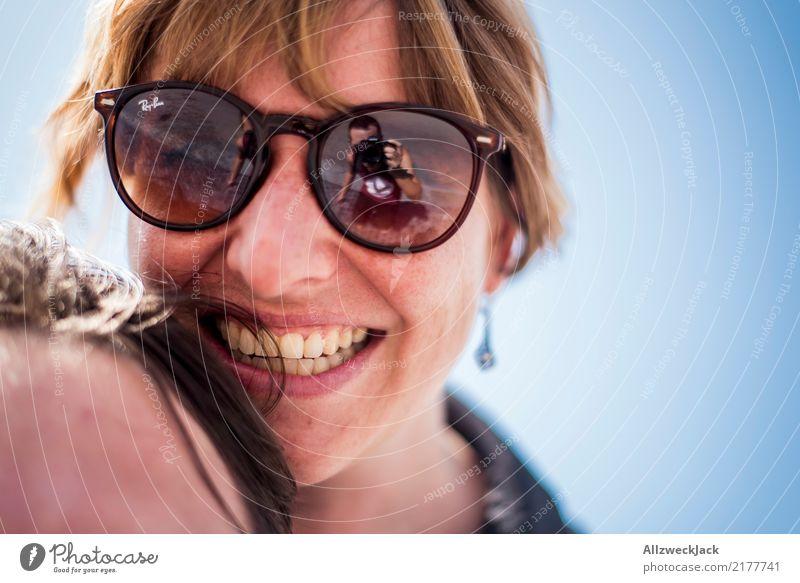 Frau mit Sonnenbrille glücklich lachend 2 Menschen Tag Junge Frau Glück Freude Zufriedenheit Liebe Kopf Porträt Lächeln Wolkenloser Himmel
