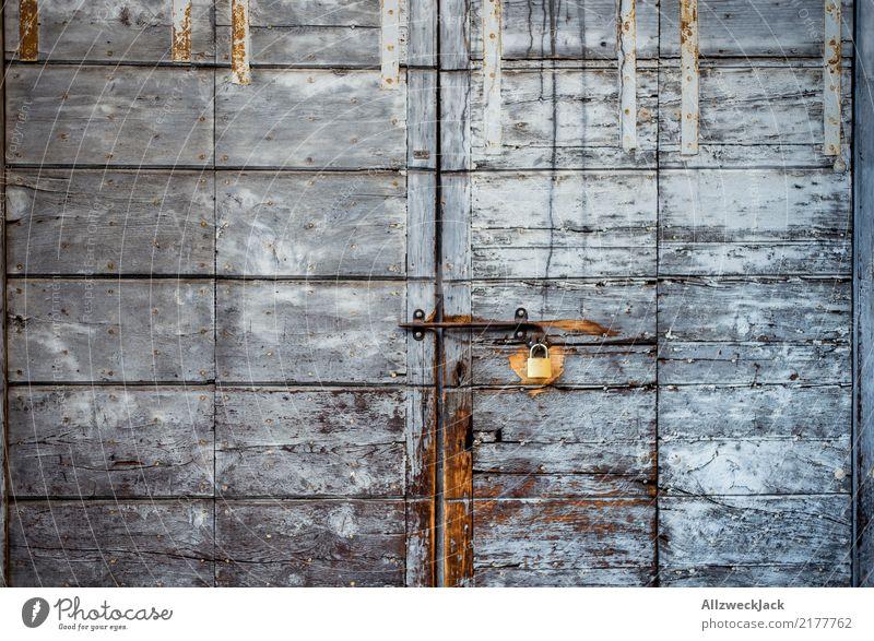 altes Holztor mit Vorhängeschloss Tür geschlossen Hütte Tor Schloss schließen Scheune