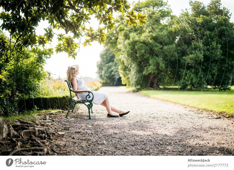 Im Park 2 Erholung ruhig Meditation Ferien & Urlaub & Reisen Ausflug Sommer Sommerurlaub Sonnenbad feminin Frau Erwachsene 1 Mensch Schönes Wetter Baum Garten
