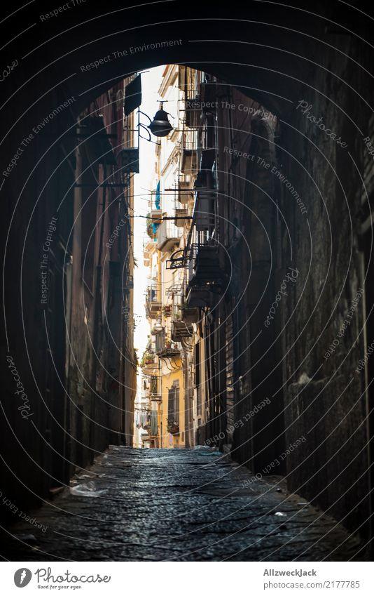 Die Straßen von Neapel 12 Ferien & Urlaub & Reisen Sommer Stadt Haus dunkel Fassade Armut Italien Sommerurlaub Altstadt Stadtzentrum Wohnhaus Städtereise