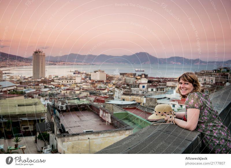 Neapel Panorama 2 Farbfoto Außenaufnahme Dämmerung Panorama (Aussicht) Blick in die Kamera Lächeln Glück Textfreiraum oben Ferien & Urlaub & Reisen Ausflug