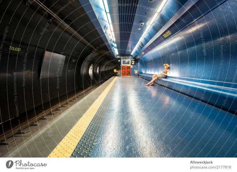 Frau sitzt in der U-Bahn und wartet feminin sitzen warten Hut Kleid Verkehr Öffentlicher Personennahverkehr Fliesen u. Kacheln Untergrund Gleise
