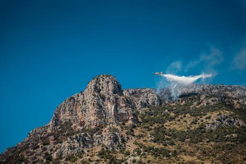 fliegender Feuerlöscheinsatz Sommer Wasser Berge u. Gebirge Wärme gefährlich Italien bedrohlich Flugzeug Brand Wolkenloser Himmel heiß Rauch Blauer Himmel