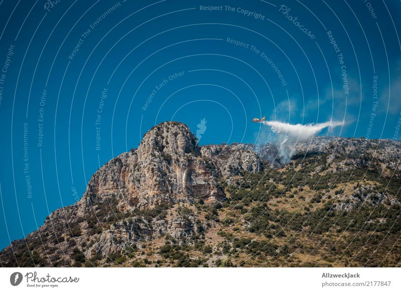 fliegender Feuerlöscheinsatz Tag Wolkenloser Himmel Blauer Himmel Sommer Wärme heiß Waldbrand bedrohlich gefährlich Brand löschen Brandschutz Löschwasser