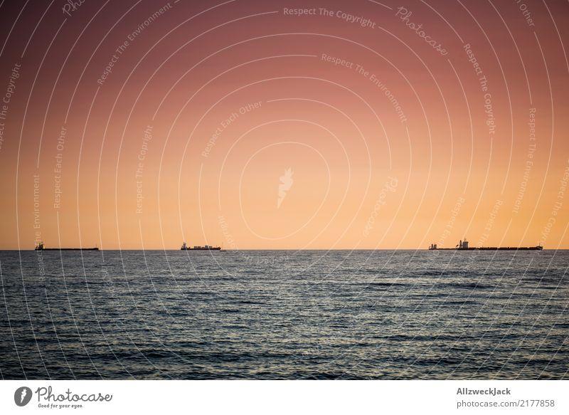 drei Tanker im Sonnenuntergag Menschenleer Tag Abend Sonnenuntergang Abenddämmerung Himmel Schönes Wetter Wolkenloser Himmel Sommer Wärme Meer Horizont Ferne