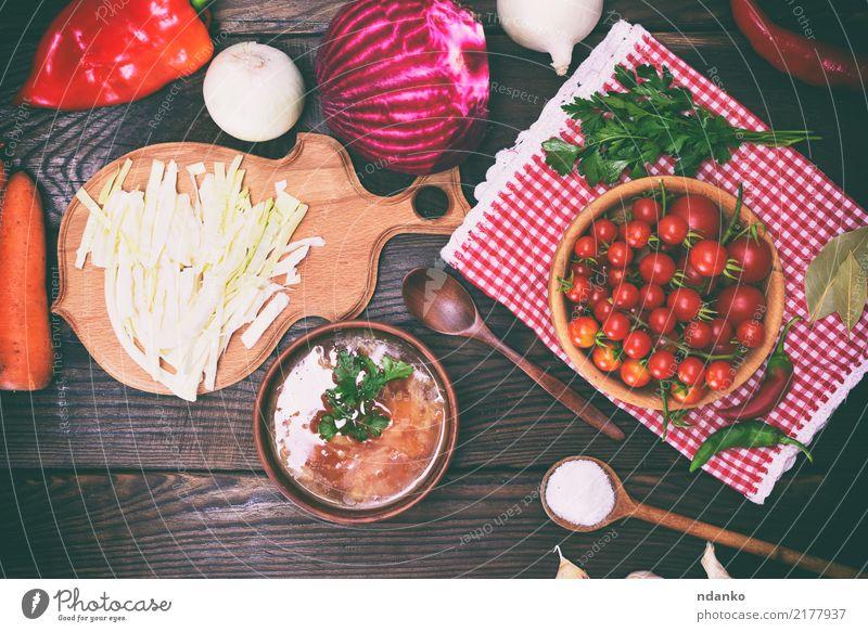 traditioneller ukrainischer Borschtsch Fleisch Gemüse Suppe Eintopf Mittagessen Abendessen Teller Schalen & Schüsseln Löffel Tisch Küche Holz Essen heiß rot
