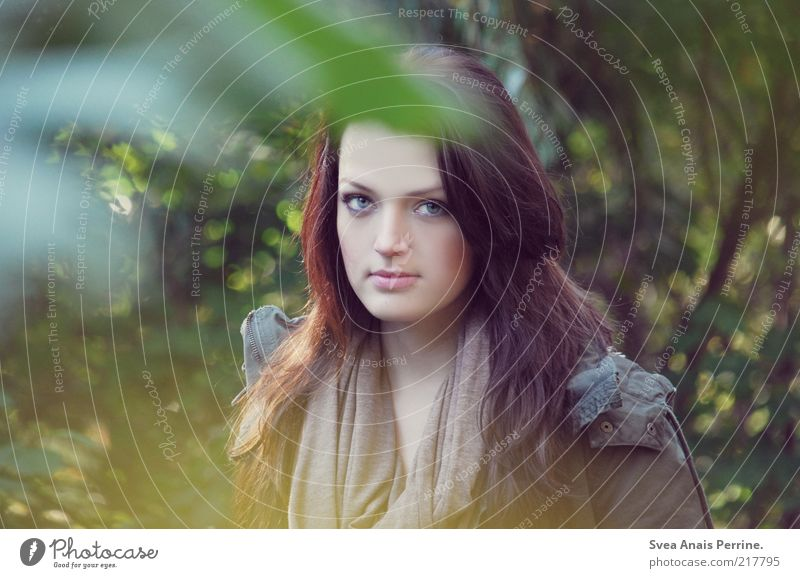 herbstschönheit. Mensch Jugendliche grün schön Blatt Gesicht Erwachsene feminin Gefühle Haare & Frisuren Garten Denken Zufriedenheit Kraft außergewöhnlich authentisch