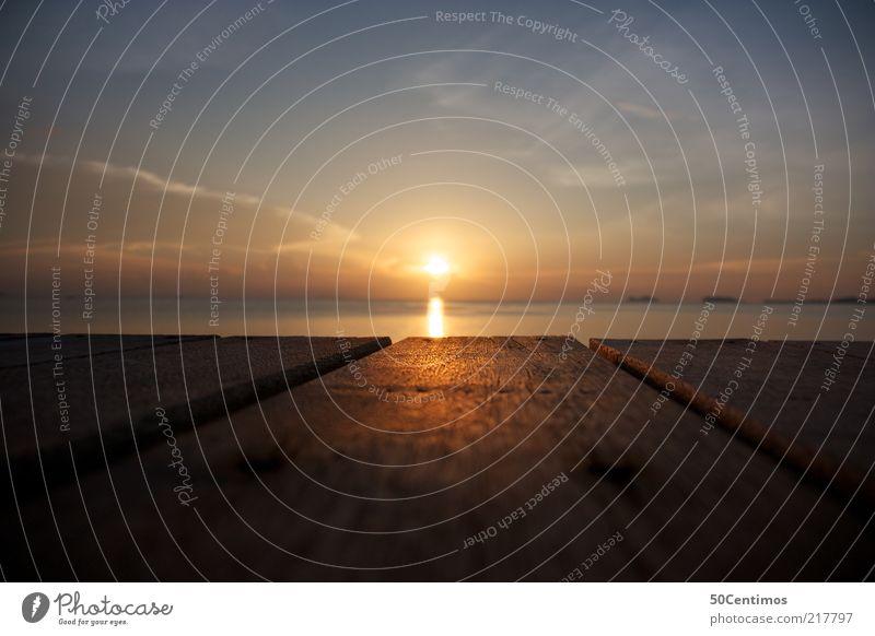 Der Sonnenuntergang am Meeres Horizont Natur Wasser Himmel Wolken Sonnenaufgang Sonnenlicht Sommer Schönes Wetter Wärme Küste Thailand Balkon Terrasse Holz