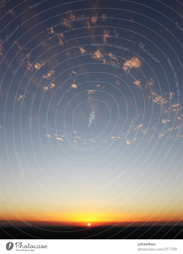 Streuselkuchen von unten Himmel blau rot Sonne Sommer Wolken Farbe schwarz ruhig Ferne gelb Erholung Herbst Wärme Luft Horizont