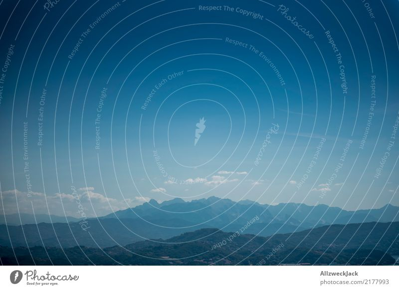 blue sky & mountains Berge u. Gebirge Skyline Panorama (Aussicht) Schönes Wetter Blauer Himmel Wolken Sommer Verlauf blau Menschenleer Tag Textfreiraum oben