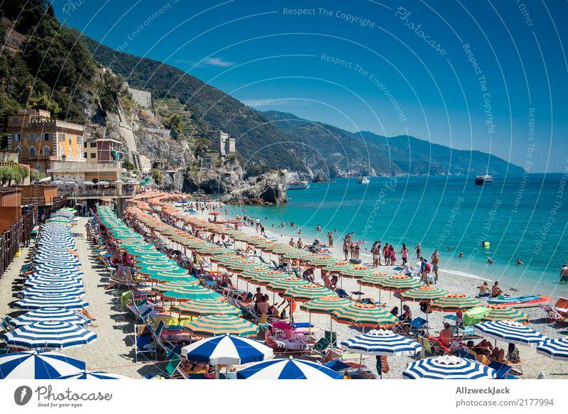 Postkarte Farbfoto Außenaufnahme Tag Ferien & Urlaub & Reisen Ausflug Tourismus Badestelle Schirm Sonnenschirm sehr viele Massentierhaltung Sommer Sommerurlaub