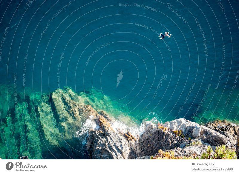 freischwimmer 2 Mann Sommer Meer Tourismus Freiheit Ausflug Körper genießen Abenteuer Sommerurlaub Bucht Felsvorsprung 1 Mensch Felsküste