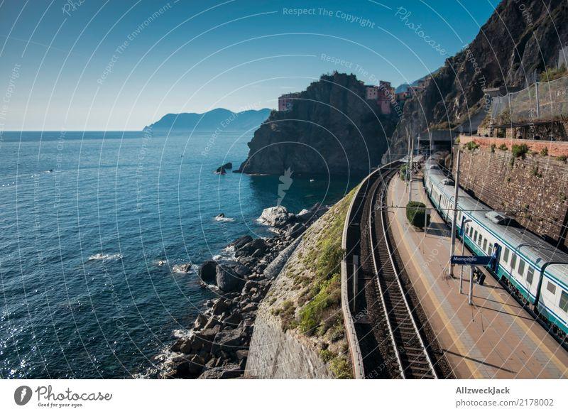 Steilküste Bahnhof Zug Klippe Ferien & Urlaub & Reisen blau Sommer Wasser weiß Meer Freiheit Ausflug Verkehr warten Italien Eisenbahn Sommerurlaub