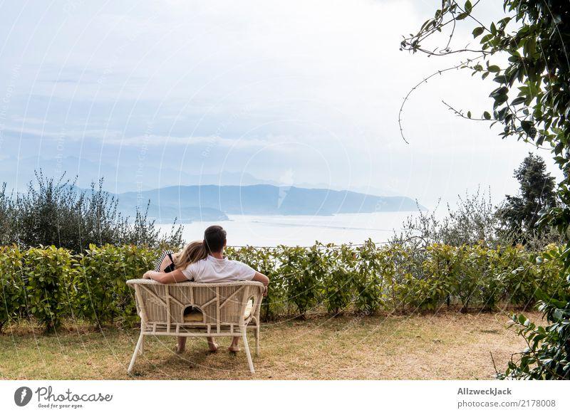 Bench with a view Mensch Ferien & Urlaub & Reisen Jugendliche Junge Frau Junger Mann Erholung Liebe Glück Freiheit Paar Zusammensein Zufriedenheit träumen