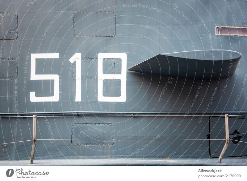 518 b Farbfoto Außenaufnahme Tag Menschenleer Wasserfahrzeug Schifffahrt U-Boot Ziffern & Zahlen Metall alt maritim grau Militär Niete genietet Blech