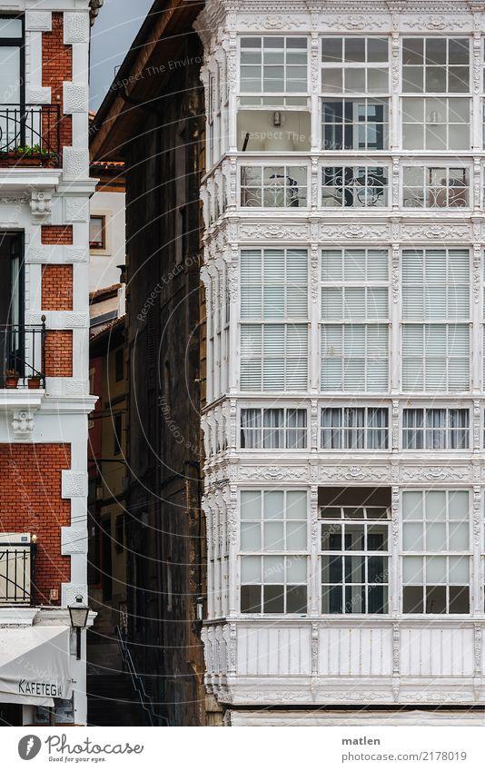 alles Fassade Stadt Menschenleer Haus Bauwerk Architektur Balkon Fenster alt ästhetisch authentisch dunkel historisch braun grau rot weiß Gasse Altstadt