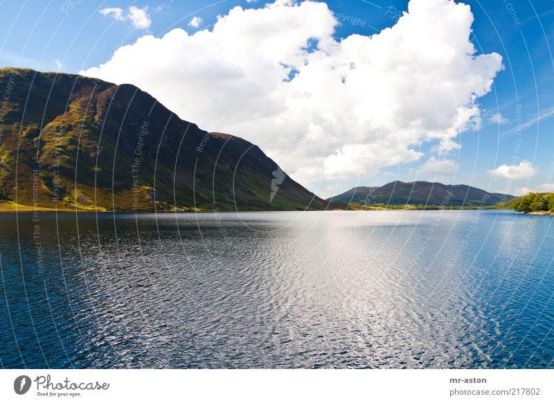 Ruhiger See Natur Wasser schön Himmel blau ruhig Wolken Einsamkeit Ferne kalt Berge u. Gebirge See Landschaft braun Macht Frieden
