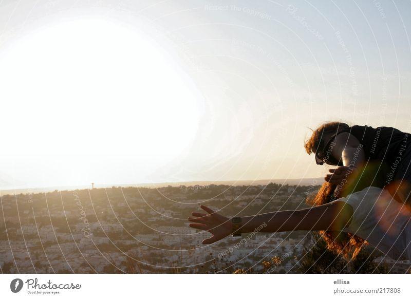 Ausflug zu zweit? Frau Himmel Mann Hand Sonne Freude Erwachsene Ferne Freiheit träumen Paar Horizont Zusammensein Arme fliegen Ausflug