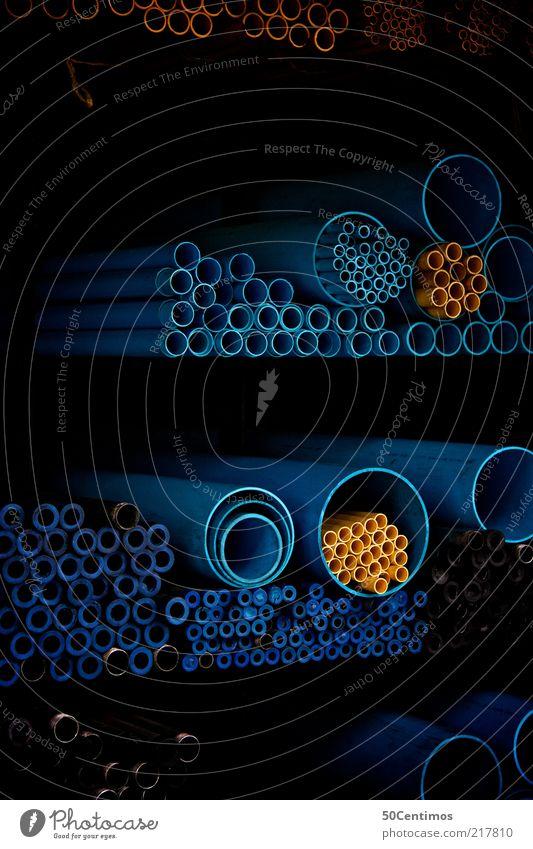 kunststoff Rohre Kunststoff rund blau gelb Farbfoto Gedeckte Farben Innenaufnahme Licht Schatten Kontrast Totale Menschenleer Röhren Regal lang dick dünn
