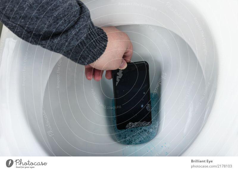 Den Unglücksraben an Land ziehen Telefon Handy PDA Internet Mensch maskulin Arme 18-30 Jahre Jugendliche Erwachsene Schwimmen & Baden fallen tauchen nass