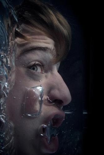 Wenn das Wasser bis zum Hals steht Mensch Jugendliche Gesicht Auge dunkel Tod Kopf Mund Angst Erwachsene maskulin nass gefährlich Unterwasseraufnahme Wut