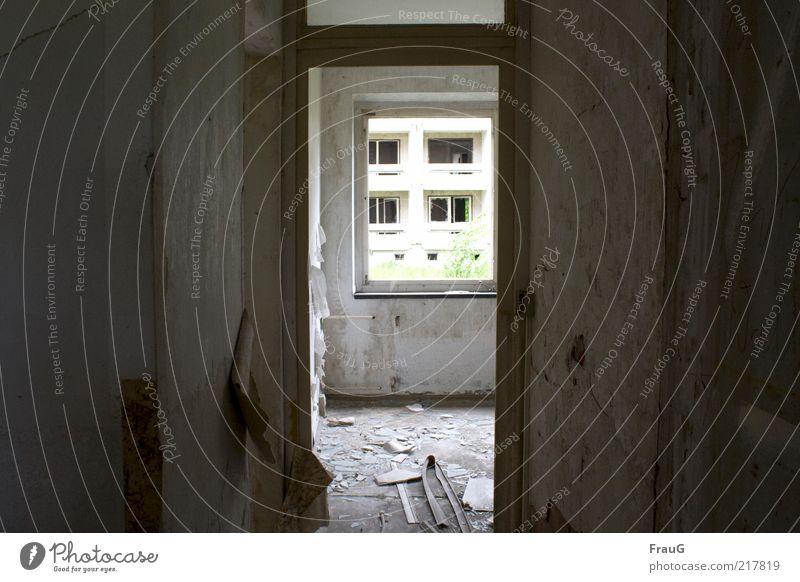 Durchblick Menschenleer Haus Fenster Tür Beton Glas dunkel kaputt chaotisch Endzeitstimmung Ferne Vergänglichkeit Wandel & Veränderung Zerstörung Tag