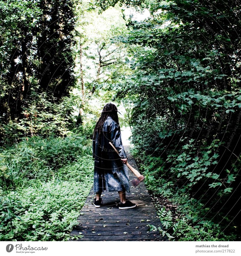 DIE AXT IM WALDE II Mensch maskulin Umwelt Natur Schönes Wetter Pflanze Baum Wildpflanze Wald stehen warten Aggression dunkel gruselig einzigartig grün Gewalt