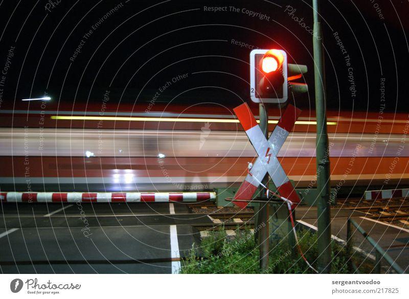 ...I hear the train a comin´... Ferne Farbe dunkel Stimmung Kraft warten Ausflug Energie Verkehr Eisenbahn Geschwindigkeit Sicherheit Ziel Kreuz