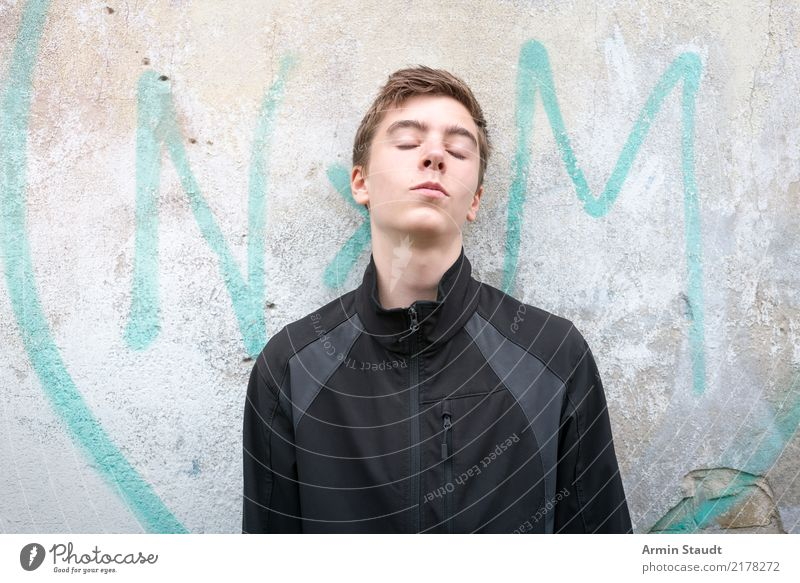 Porträt Kind Mensch Jugendliche schön Junger Mann Lifestyle Wand Graffiti natürlich Stil Mauer maskulin Schriftzeichen authentisch einzigartig einfach