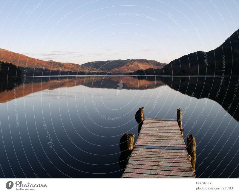 morgens 8:05 See Reflexion & Spiegelung England Großbritannien Lake District National Park Ullswater rot Steg Wasser Berge u. Gebirge blau