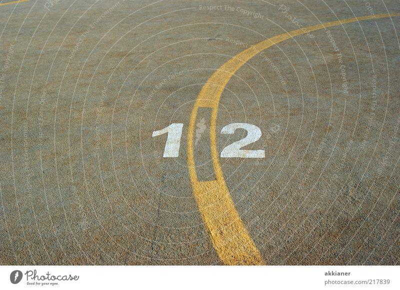 12 Zeichen Ziffern & Zahlen gelb grau weiß Streifen Beton Betonboden Farbfoto Gedeckte Farben Außenaufnahme Menschenleer Textfreiraum links Textfreiraum rechts