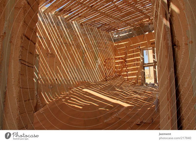 Zeichen der Zeit II Haus Einsamkeit Holz Sand skurril Schönes Wetter Umwelt Eingangstür