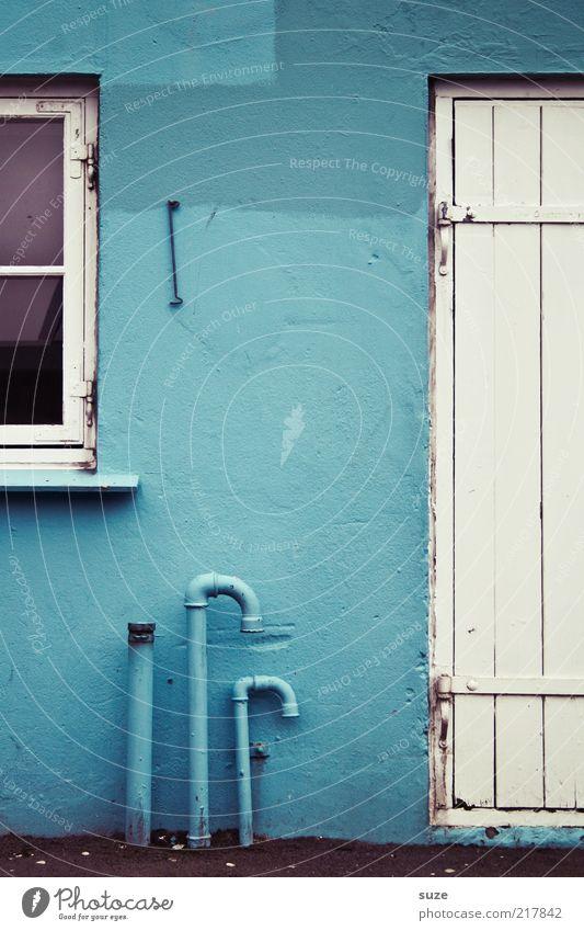 ... dazwischen blau Haus Hütte Mauer Wand Fassade Fenster Tür alt authentisch einfach Føroyar Anschnitt Eisenrohr Haken Röhren Holztür Beschläge Putzfassade