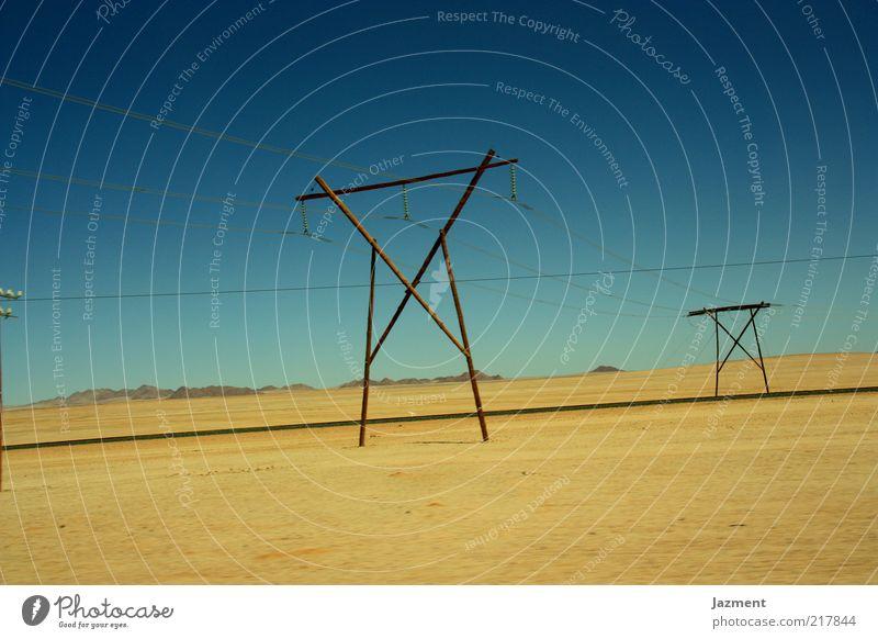 Weite Landschaft Sand Himmel Sommer Schönes Wetter Straße Einsamkeit Elektrizität Farbfoto Außenaufnahme Tag Blauer Himmel Ferne Menschenleer Textfreiraum oben