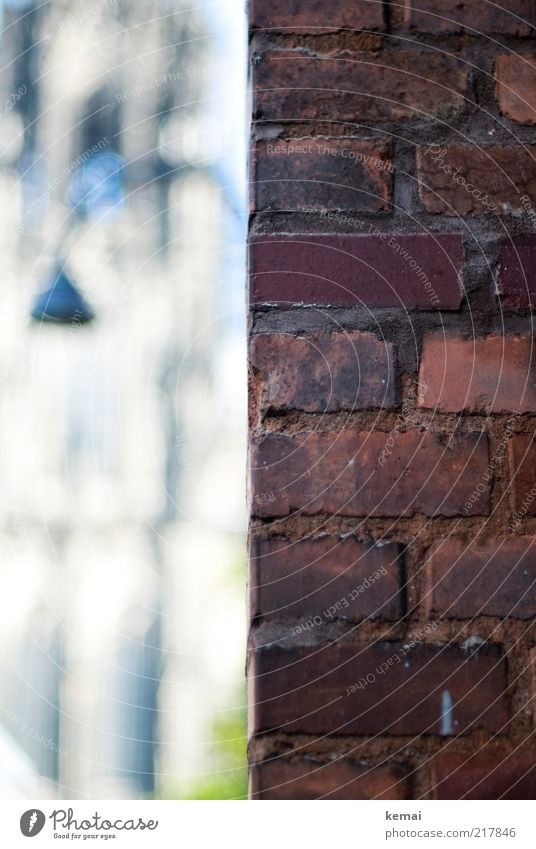 Kölner Dom ums Eck alt rot Lampe Wand Stein Mauer Fassade Ecke authentisch Backstein historisch Wahrzeichen Straßenbeleuchtung Fuge eckig Sehenswürdigkeit