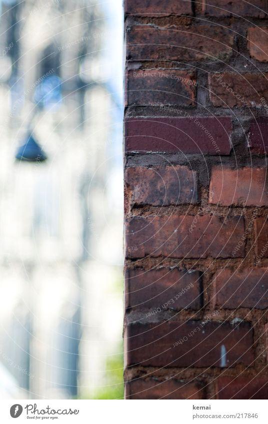 Kölner Dom ums Eck Altstadt Mauer Wand Fassade Backstein Stein Fuge Sehenswürdigkeit Wahrzeichen Straßenbeleuchtung Lampe alt authentisch eckig historisch rot