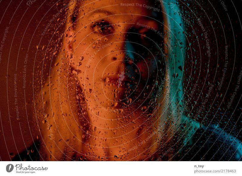 Melancholisch feminin Junge Frau Jugendliche 1 Mensch 18-30 Jahre Erwachsene Regen Denken Traurigkeit blond dunkel nass blau rot Gefühle Mitgefühl Güte