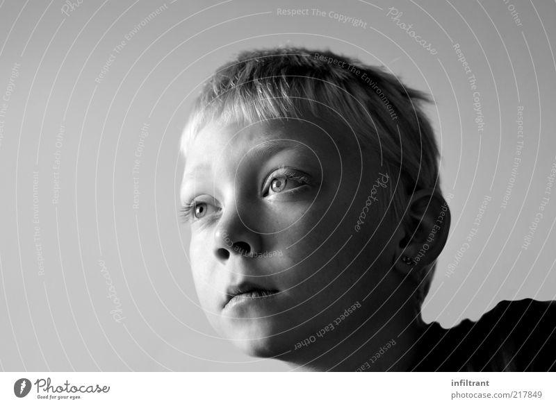 da guckst du Kind Junge Kindheit Kopf Gesicht 1 Mensch 3-8 Jahre beobachten Denken Blick träumen Neugier grau schwarz weiß Gelassenheit geduldig ruhig Interesse