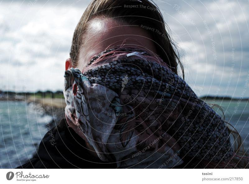 inkognito Mensch Frau Erwachsene Kopf Haare & Frisuren Gesicht 1 Umwelt Natur Wasser Himmel Wolken Schutz Tuch Wind Steg anonym unerkannt verstecken verpackt