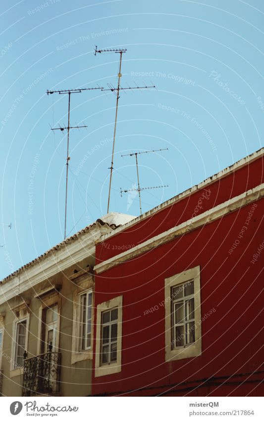 ZWEI.NULL rot ruhig Haus Fenster Architektur Fassade hoch ästhetisch Dach Telekommunikation Medien skurril schäbig Antenne Portugal Wolkenloser Himmel