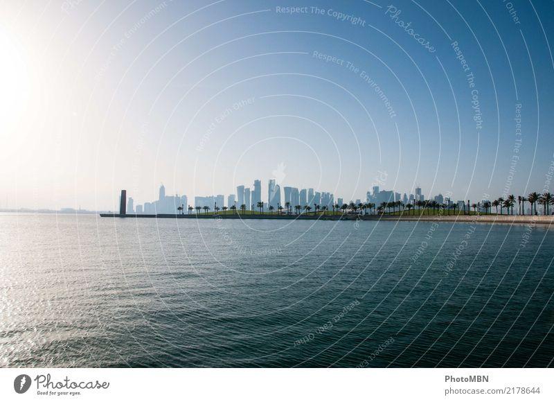 Skyline mit Palmen Wasser Wolkenloser Himmel Bucht Meer Doha Katar Golfstaat Hauptstadt Hafenstadt Menschenleer Hochhaus Bankgebäude Architektur ästhetisch