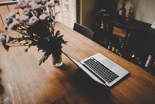 Home_02 Lifestyle Stil Design Häusliches Leben Blumenstrauß Notebook Holztisch Büro Wohnzimmer gemütlich Dekoration & Verzierung Home office modern trendy